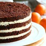 Tein tuttavalleni mehevän suklaakakun, jonka sisään päätyi raikas appelsiinimousse. Kakun maku muistutti Fazerinaa Ohje mousseen blogin puolella ja pian sieltä löytyy ohje myös koko kakkuun https://kotiliesi.fi/suklaapossu/appelsiinimousse-kakun-valiin/ #appelsiini #mousse #kakuntäyte #suklaapossu #leivonta #bakingblog #orange #cakefilling