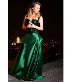 An elegand emerald dress, perfect for an elegant night: http://talis.ro/green-evening-dresses/