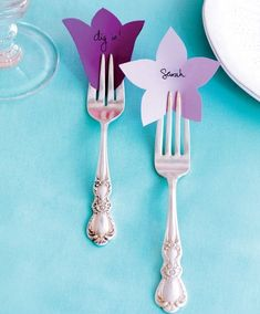 What a cute and easy way to do pretty and inexpensive place cards. I think this would be a great addition to a bridal shower I am hosting this summer! Pretty place cards for a Mother's Day table setting Decoration Table, Paper Decorations, Decor Crafts, Diy And Crafts, Mothers Day Dinner, Mothers Day Decor, Napkin Folding, Mom Day, Partys
