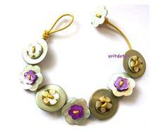 Bracelet bouton bijoux faits de boutons de fleurs de nacre sur les boutons de la nacre blanche sur cordon de cuir  La longueur du bracelet est de 7,5.