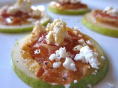 Pear, prosciutto, goat cheese, and honey appetizers. Xmas eve or Christmas day snacks Yummy Appetizers, Appetizers For Party, Appetizer Recipes, Party Dips, Snacks Für Party, I Love Food, Good Food, Yummy Food, Healthy Snacks