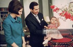 king-constantine-of-greece-and-queen-anne-marie-with-their-daughter-picture-id3140409 (594×382)