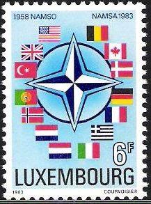 De Noordatlantische Verdragsorganisatie (NAVO), een alliantie van Westeuropese en Noordamerikaanse landen, hees haar vlag voor het eerst op 28 oktober 1953. De Navo-vlag is donkerblauw met in het midden een witte kompasster op een smalle cirkel. De cirkel is het symbool van eensgezindheid, de kompasroos stelt de gezamenlijke koers naar de vrede voor. De blauwe achtergrond staat voor de Atlantische Oceaan. Op de zegel worden de vlaggen van de (toen) deelnemende landen getoond.