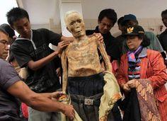 Auf der indonesischen Insel Sulawesi pflegen die Toraja einen eigenartigen Brauch: Alljährlich holen sie ihre Toten aus den Gräbern und kleiden sie neu ein.