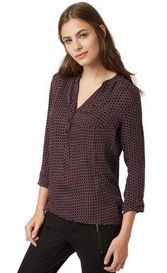 Bluse mit Allover-Print für Frauen (gemustert, 3/4 Arm mit Knopfleiste und Rundhals-Ausschnitt mit weiter V-Öffnung) aus Satin, aufgesetzte Brusttasche, mit Knopf am Ärmel. Material: 100 % Viskose...