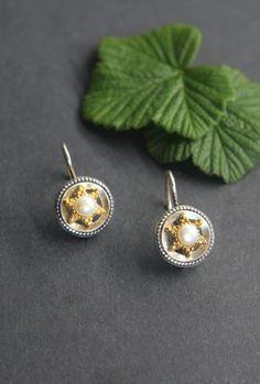 Dirndlschmuck Ohrringe mit Perlen: Runde Ohrringe mit Sternenauflage in Silber, vergoldeter Stern mit Perle. Ein schönes, detailverliebtes Accessoire zum Dirndl. #ohrringe #schmuck #schmuckstück #schmuckdesign #trachtenschmuck #trachtenmode Schmuck Online Shop, Schmuck Design, Belly Button Rings, Cufflinks, Stud Earrings, Jewelry, Necklaces, Accessories, Brooch