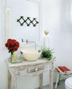 Lavabo com décor vintage e pitadas de amor. Foto: Portal Decoração