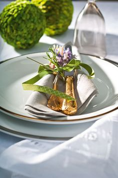 A bright and beautiful table setting for spring or summer.  #table settings