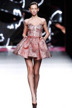 Maya Hansen Madrid Otoño Invierno 2017-2018 colecciones, looks de pasarela, backstage, modelos y crónicas. Strapless Dress, Prom Dresses, Formal Dresses, Backstage, Maya, Winter, Street Wear, Runway, Chic