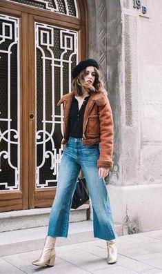 Avec un jean flare et un blouson en peau lainée