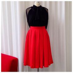 Czarna szyfonowa koszula z szerokim rękawem i wełniana spodnica w odcieniu soczystej czerwieni THECADESS AW 2014/15 Spódnica 920 PLN  Koszula 890 PLN
