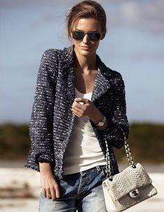 "The tweed jacket has its beginning around the and the from the hand of Gabrielle ""Coco"" Chanel. Inventor of the ""chic"" style, the tweed, minimalist clothing and the elegance based on comf… Jeans Boyfriend, Vaqueros Boyfriend, Looks Street Style, Looks Style, Style Me, 20s Style, Look Boho, Look Chic, Casual Chic"
