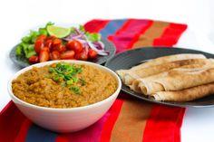 """Mesir wat är en smakrik linsgryta från Etiopen. Trots att den görs på så få ingredienser är den full med smaker, krämig och fullkomligt fantastiskt! Hemligheten i grytan är den etiopiska kryddmixen berbere som ger den dess ljuvliga smak. Hittar du inte en färdigmix i affären kan du göra din egen. Linserna ska kokas länge tills de blir krämiga i konsistensen. Mesir wat serveras främst med injera som är ett pannkaksliknande surdegstunnbröd. Jag har gjort en """"fuskvariant"""" på injera till min…"""