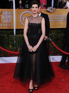 Anne Hathaway volvió a triunfar en la última entrega de premios celebrada en Los Angeles, esta vez de negro con un vestido midi con falda de tul, cuerpo bordado con paillettes y escote de gasa Giambattisa Valli Primavera 2013 Couture. Continuó el total black look con unas sandalias de Jimmy Choo, clutch de Edie Parker y joyas de Kwiat.