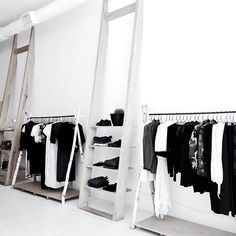 het zwart wit thema is erg mooi Clothing Boutique Interior, Clothing Store Design, Boutique Fashion, A Boutique, Retail Store Design, Retail Shop, Visual Merchandising, Showroom Design, Showroom Ideas