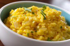 Основу ризотто составляет рис, остальные компоненты могут быть разными — овощи, мясо, грибы, морепродукты. И, конечно же, сыр. Важно помнить, что для приготовления ризотто подходят далеко не все сорта риса, а именно такие как: виалоне нано, арборио и карнароли, такой рис делает блюдо мягким и кремовым. Промывать его перед готовкой не нужно.