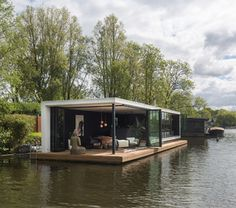 woonboot vecht modern Floating Architecture, Modern Architecture House, Houseboat Living, Prefab Cabins, Water House, Floating House, Container House Design, Little Houses, Bed And Breakfast
