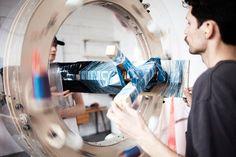 Le designer Anton Alvarez qui vit et travaille à Londres est à l'origine de cette magnifique machine « The Thread Wrapping Machine » qui permet de créer des meubles ou des objets en utilisant simplement un fil enduit de colle. La vidéo de la machine en action est à découvrir dans la suite de l'article.