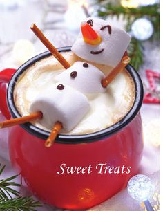 Hot chocolate with melted snowman! Hot chocolate with a marshmallow snowman! Christmas Drinks, Christmas Goodies, Christmas Desserts, Christmas Baking, Holiday Treats, Holiday Recipes, Christmas Holidays, Christmas Morning, Holiday Fun