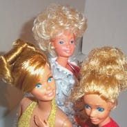 This Hub will show you how easily cut or restyle a Barbie Doll& hair. It is very easy to restore Barbie's hair. Here are some hairstyle ideas and tips that can be used with your doll. Fashion Royalty Dolls, Fashion Dolls, Dress Fashion, Barbie Dress, Barbie Clothes, Doll Hair Repair, Barbie Doll Hairstyles, Barbie Stil, Barbie Patterns