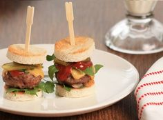 Amuse van mini hamburgertjes met rucola en cheddar – leuk voor kerstfeest school Appetizer of mini hamburgers with arugula and cheddar – fun for Christmas school Party Food And Drinks, Snacks Für Party, I Love Food, Good Food, Yummy Food, Brunch, Appetizer Recipes, Snack Recipes, Bon Ap