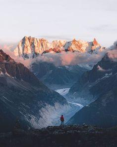Dit is één van de beste locaties waar ik ben geweest voor een zonsondergang! De torenhoge bergpieken worden belicht met een prachtige gloed. Het pad dat de gletsjer heeft uitgesleten is zeer indrukwekkend en minstens honderd meter diep. Hoe indrukwekkend het ook was om te zien het is verdrietig te weten dat deze kloof ooit geheel gevuld was met ijs. Geschoten met een Canon 60D EF-S 15-85mm (1/30 sec f/8.0 ISO 100) door @christiaan_nies #liveforthestory #thegreatoutdoors #welivetoexplore…