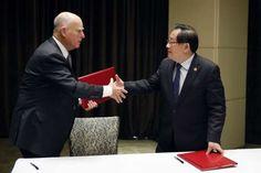 Californias guvernør Jerry Brown (t.v.) og Kinas minister for vitenskap og teknologi, Wen Gang, undertegnet klimaavtalen i Beijing tirsdag. Foto: AP/NTB scanpix