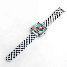 Orologio dallo stile retro che riprende la TV anni 80. Cinturino a scacchi bianchi e neri. Lunghezza cinturino: 23 cm Diametro quadrante: 3,5 cm Vintage style - 16€+spese di spedizione