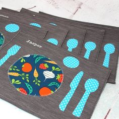 The Montessori placemat help the kids to properly arrange the utensils on the table. The kitchen is a very educational living space for your children to evolve in. Here's a trick to ease the child's daily life as well as yours at the same time! Preschool Tables, Diy Place Settings, Sewing Crafts, Sewing Projects, Pretend Kitchen, Children's Place, Place Mats, Montessori Practical Life, Montessori Materials
