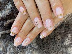 Natürliche Nägel mit Marmor muster und Gold streifen Nail Salon Prices, Chocolate Shop, Beauty Art, Pet Store, My Nails, Gold, Nail Studio, Marble, Stripes