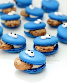 Do you want some cookie Monster Macarons?😁✔ - Start to bake with… Macaroons, Macaroon Cookies, Cute Desserts, Delicious Desserts, Yummy Food, Festa Cookie Monster, Kreative Desserts, Macaron Flavors, Blue Macaron Recipe