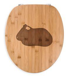 WC Sitz Meerschweinchen aus Bambus  Coffee - Das Original von Mr. & Mrs. Panda.  Ein wunderschöner WC Sitz aus naturbelassenem Bambus Coffee mit unsere speziellen und liebvollen Mr. & Mrs. Panda Gravur    Über unser Motiv Meerschweinchen  Das Meerscheinchen gehört zu den beliebtesten Haustieren. Viele Kinder halten die süßen Nagetiere, aufgrund ihres lieben Wesens. Außerdem sind Meerschweinchen sehr pflegeleicht. Ob sie nun kein echten Meerschweinchen halten können, oder eines ihrer…