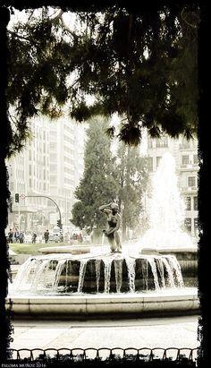 """Plaza de España. Fuente """"El nacimiento del agua"""" del arquitecto Miguel Herrera Palacios."""