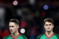 Lokomotiv Moscow's midfielder from Russia Anton Miranchuk (L) and Lokomotiv Moscow's midfielder from Russia Aleksey Miranchuk before the UEFA Europa League Group F football match between FC Lokomotiv Moscow and FC Sheriff in Moscow on November 2, 2017. / AFP PHOTO / Kirill KUDRYAVTSEV