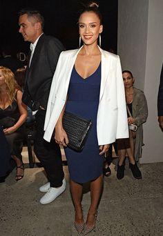 Look Jessica Alba com vestido azul e blazer branco.
