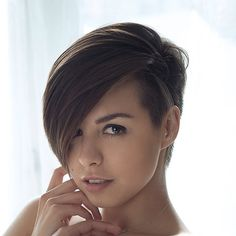 We introduce you to a wonderful short hairstyle that you can choose to have a different look: Asymmetric short haircuts. With simple scissor movements, you can get a perfect hair style, ladies. Short Black Hairstyles, Pixie Hairstyles, Short Hair Cuts, Short Hairstyle, Shaved Hairstyles, Easy Hairstyles, Undercut Hairstyle, Pixie Haircuts, Pixie Cuts