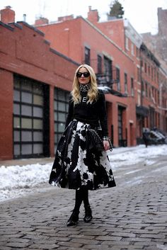 caught in the snow (Madewell sweatshirt + J Crew gingham shirt + Tibi skirt + DKNY tights + Valentino flats + Karen Walker sunnies) Estilo Fashion, Look Fashion, Street Fashion, Fashion Beauty, Feminine Fashion, Fashion Black, Tutu, Karen Walker, Pullover