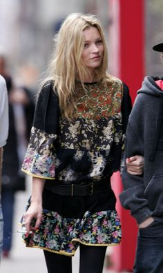 Copy these outfit inspirations by the iconic fashion model Kate Moss. Become fashionable and stylish thanks to these outfits. Moss Fashion, Fashion Photo, Fashion Models, Fashion Tips, Style Fashion, Street Looks, Street Style, Estilo Kate Moss, Mode Hippie