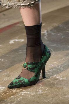 dcec9e7c83ebc 15 tendances chaussures femme été 2018  ballerines, plastique, baskets.