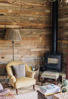 Chimenea y pared madera