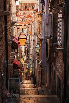 As lanternas dão um charme ainda mais especial a essa linda ruazinha em Dubrovnik, Croácia