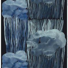 De stijlvolle Jussarö stof van Marimekko is ontworpen door Aino-Maija Metsola. De stof heeft een lieflijk design met regenwolken in verschillende tinten blauw. Combineer met de andere textiel producten van Marimekko.