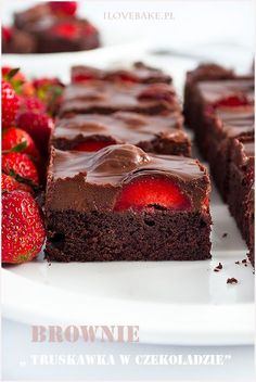 Brownie truskawka w czekoladzie - I Love Bake Chocolates, Fancy Dishes, Polish Recipes, Healthy Sweets, Homemade Cakes, Yummy Cakes, Cake Recipes, Good Food, Food And Drink