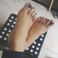 El look de mis piececillos 💅 Me encanta cómo me dejan cada que voy a @elcotilleomx 😍 #EchandoChal #SoyCotilleo #PimpeaMisUñas 👌 ⭐ • • • • • • • • #pedi #pedicure #nailart #pies #feet #uñas