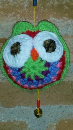 Detalle de búho tejido al crochet.