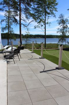 Harmaa betonilaatta on yksinkertaisen tyylikäs!