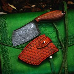 Small damascus butchie is done. Rosewood on the handle. I really enjoy making them