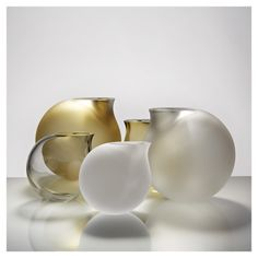 Vaza Vases by Anna Torfs, Every pieace of Anna's work is handmade, therefore unique. She uses the traditional glass blowing technique to create beautiful contemporary objects. Bottle Design, Glass Design, Art Of Glass, Vases, Pots, Deco Table, Oeuvre D'art, Decorative Accessories, Decoration