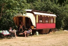 I thought these Gypsy Caravans created by Kees Hoekstra of Roulottes were pretty neat and would like to share them with you today. Kees has been building gyspy caravans since 1992 and was a graphic… Gypsy Trailer, Gypsy Caravan, Gypsy Wagon, Caravan Vintage, Tiny House Swoon, Tiny House Living, Tiny House On Wheels, Shepherds Hut, Little Houses