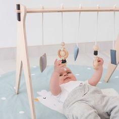 Une arche d'éveil en bois, livrée avec une série de jouets à suspendre. Les jouets mobiles sont 100% coton et contiennent un grelot.Bois éco-certifié et matériaux 100% naturels.Retour en stock début septembre.